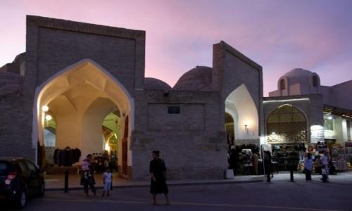 Zdjecie UZBEKISTAN / Buchara / Buchara / Typowy dla Buchary kryty bazar u zbiegu ulic