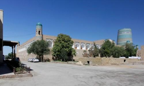 UZBEKISTAN / Chorezm / Chiwa / Medresa Muhammada Amina-chana i minaret Kalta Minor