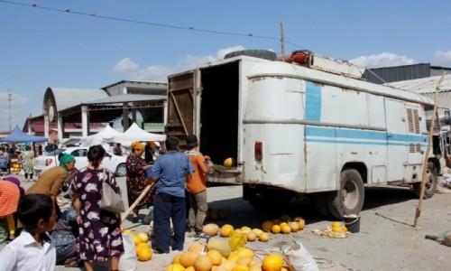 UZBEKISTAN / Karakałpacja / Mangit / Sprzedaż melonów na targowisku