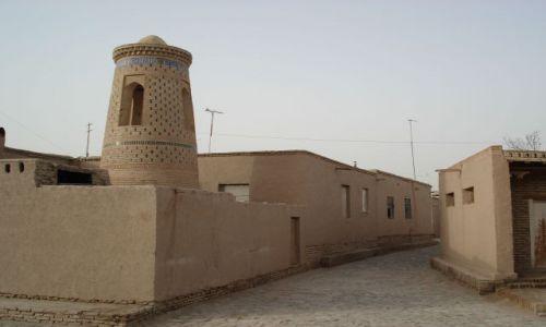 Zdjęcie UZBEKISTAN / Chorezm / Chiwa / Uliczka z minaretem