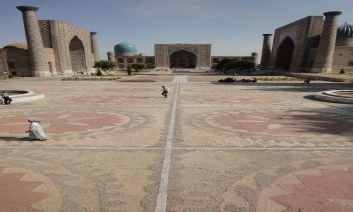 Zdjecie UZBEKISTAN / Uzbekistan / Samarkanda / Registan rankiem