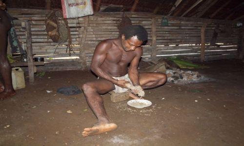 Zdjecie VANUATU / Espirito Santo / Fanafo Village / przyrzadzanie kavy
