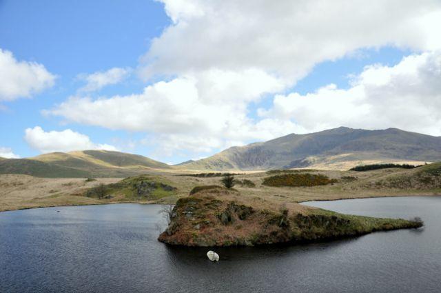 Zdjęcia: Najwyzsze gory Anglii i Walii, Polnocna Walia - Ssnowdonia, Jezioro w gorach - -wysepka, WALIA