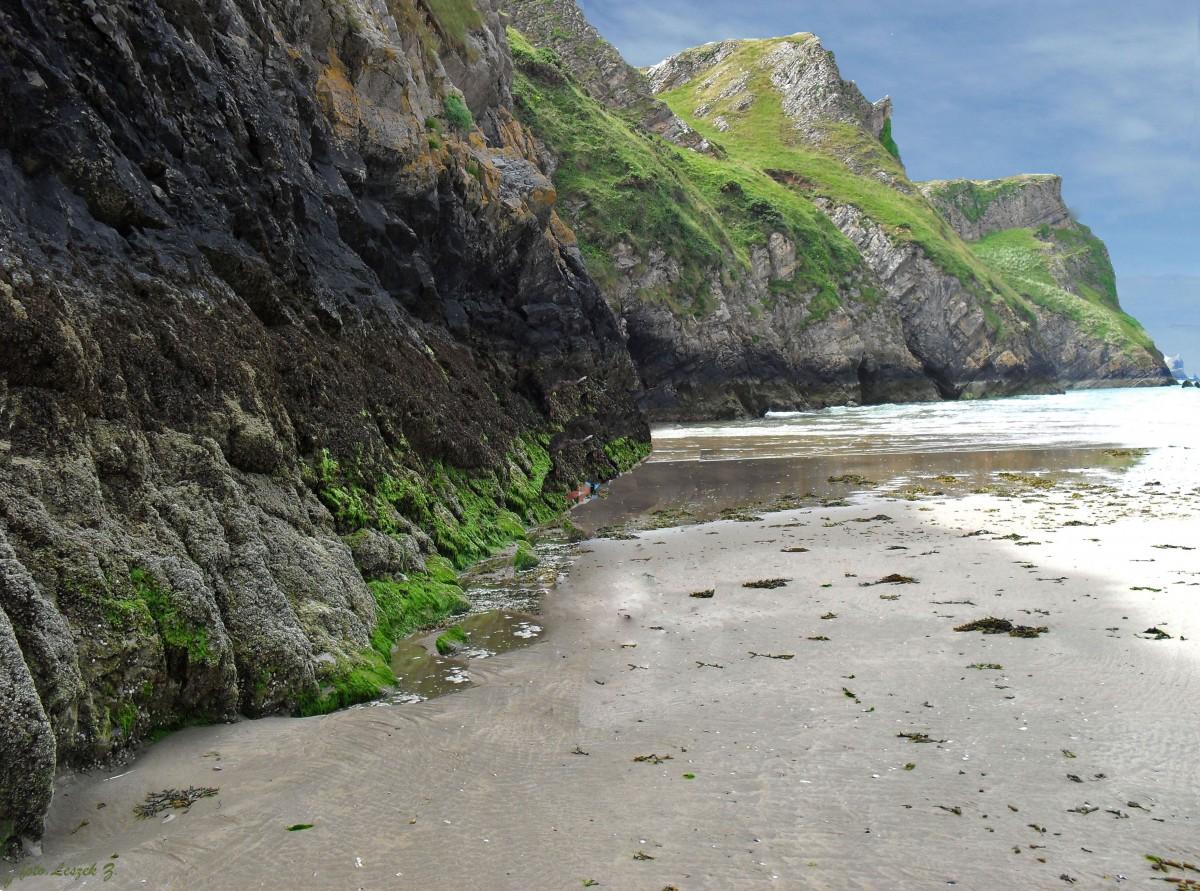 Zdjęcia: Rhossili - Plaża, Swansea., Klify na plaży Rhossii., WALIA