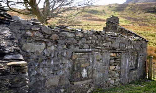 Zdjecie WALIA / Polnocna Walia - Ssnowdonia / Najwyzsze gory Anglii i Walii / Chata w gorach zabita...kamieniami