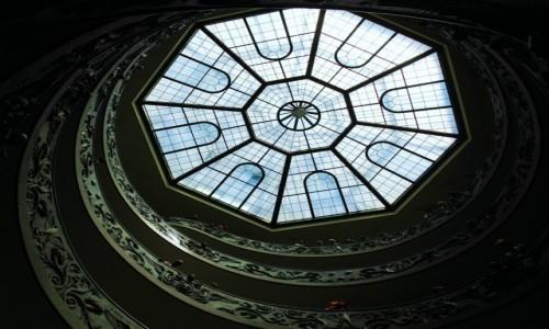 Zdjęcie WATYKAN / Lacjum / Muzea Watykańskie / Schody, patrząc w górę