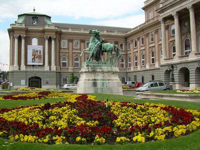 Zdjęcia: dziedziniec zamku, Budapeszt, Zamek Budziński w bratkch, WĘGRY