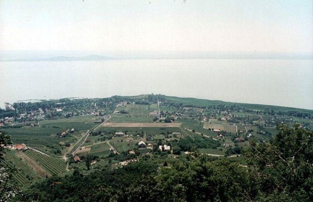 Zdjęcia: BADACSONY, Widok na Balaton z wieży widokowej., WĘGRY