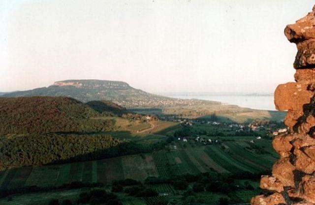 Zdjęcia: SZIGLIGET, Widok z ruin zamku Szigliget na Balaton i wzgórze Badacsony., WĘGRY