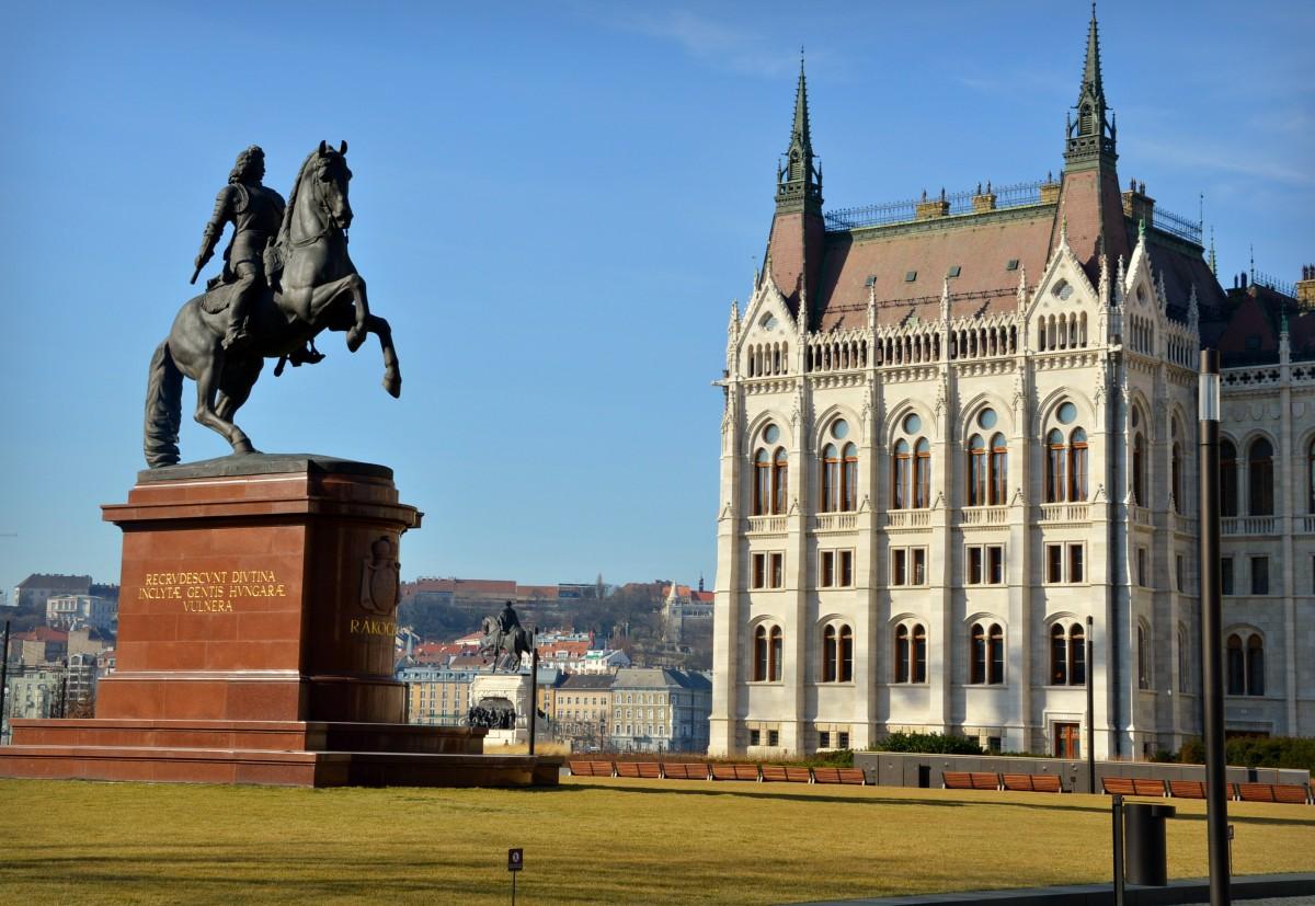Zdjęcia: Budapeszt, Przed Parlamentem , WĘGRY