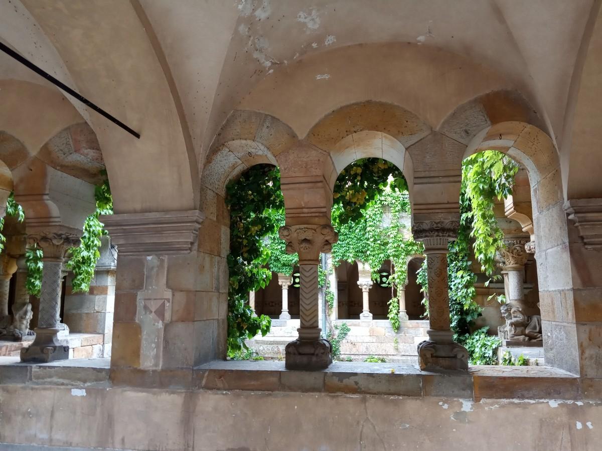 Zdjęcia: Zamek Vajdahunyad, Budapeszt, Dziedziniec kaplicy, WĘGRY