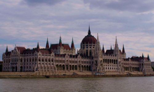 WĘGRY / - / Budapeszt / Parlament od strony Dunaju