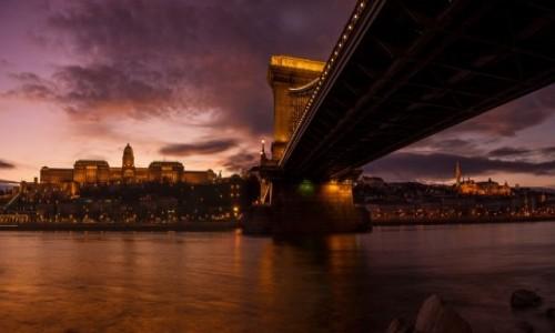 Zdjecie WĘGRY / Budapeszt / Most Łańcuchowy z widokiem na zamek i basztę rybacką. / Pod mostem