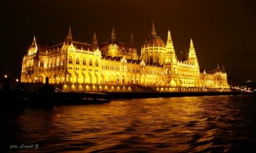 WĘGRY / Budapeszt. / Rejs po Dunaju. / Budapeszt - Parlament z nocnego rejsu po Dunaju.