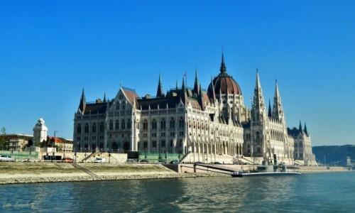 WĘGRY / Budapeszt. / Rejs po Dunaju. / Budapeszt - Parlament z rejsu po Dunaju.