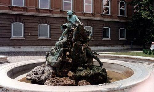 WĘGRY / - / BUDAPESZT / Fontanna przed Pałacem Budańskim