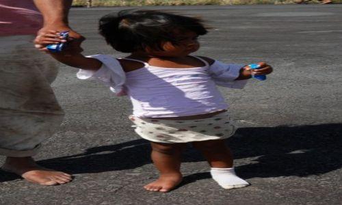 Zdjecie WENEZUELA / - / Wenezuela / Mała indianka na lokalnym lotnisku