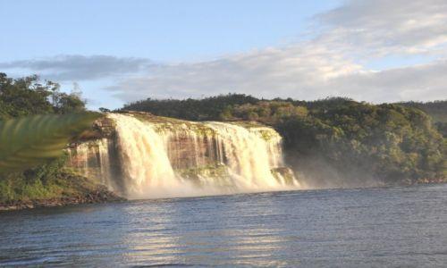 Zdjecie WENEZUELA / - / Park Narodowy Canaima / El Hacha o zmierzchu