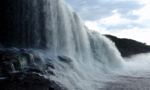Zdjęcie WENEZUELA / Park Narodowy Canaima / Okolice Canaimy / Jeden z wielu wodospadów w Canaimie