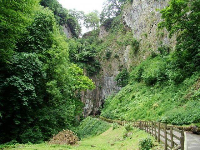 Zdj�cia: Castelton, Derbyshire, droga do jaskini Peak Cavern, WIELKA BRYTANIA
