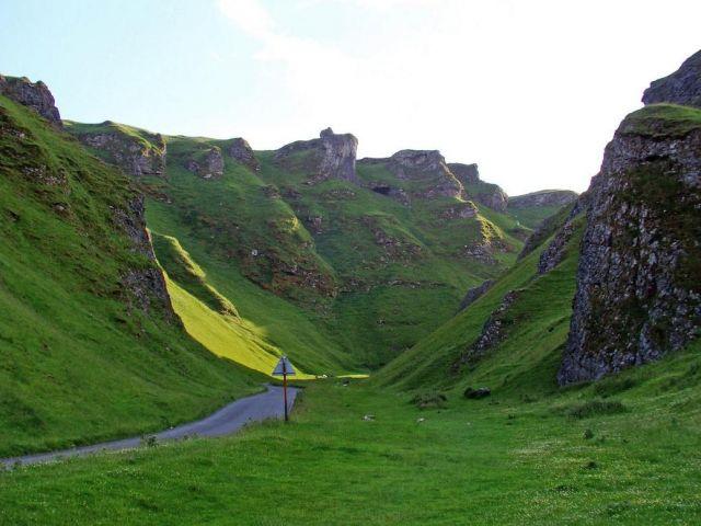 Zdjęcia:  okolice Castelton, Derbyshire, wawoz  Winnats  ( w koncu slonce sie zlitowalo ), WIELKA BRYTANIA