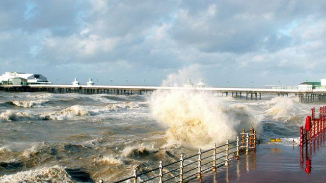 Zdjęcia: Blackpool, Lancashire, Molo - sztorm, WIELKA BRYTANIA