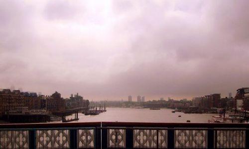 WIELKA BRYTANIA / Londyn / London Bridge / zamglona panorama z mostu
