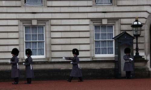 Zdjecie WIELKA BRYTANIA / Londyn / Pa�ac Buckingham / Panowie poczeka