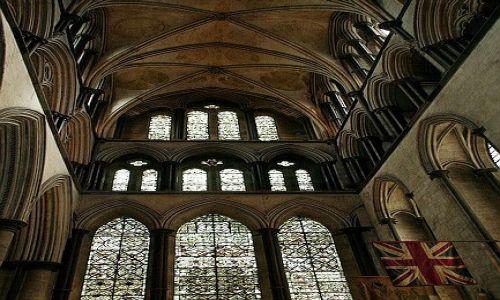 WIELKA BRYTANIA / Whiltshire / Salisbury / Wnętrze katedry z brytyjską flagą
