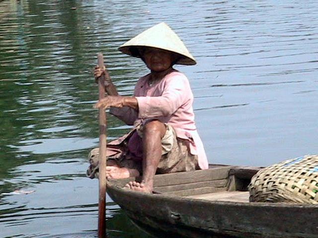 Zdjęcia: Hoi An, Srodkowy Wietnam, Kobieta na lodzi, WIETNAM