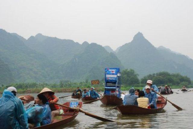 Zdjęcia: 50 km. od Hanoi, Huong Pagoda, Plywajaca reklama Pepsi, WIETNAM