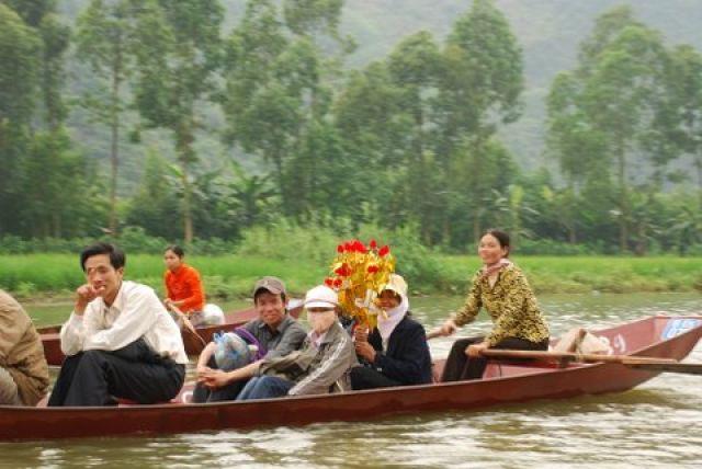 Zdjęcia: 50 km. od Hanoi, Huong Pagoda, Pielgrzymi, WIETNAM