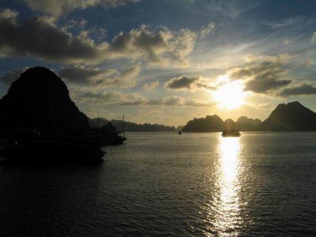 Zdjęcia: północny Wietnam , zachód słońca Halong Bay, WIETNAM