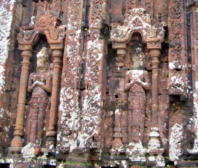 Zdjęcia: My Son, Wybrzeże Południowo-Środkowe, Rzeźby w ruinach świątyni ludu Czamów – My Son, Wietnam, WIETNAM