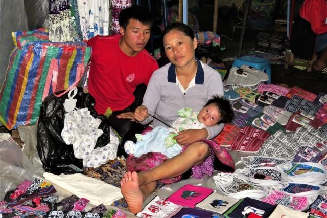 Zdjęcia: Luangprabang, Całe rodziny handlują na night market, LAOS