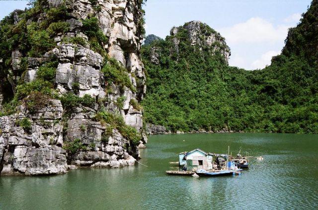 Zdjęcia: Halong Bay, Halong Bay, Taki domek na wodzie, WIETNAM
