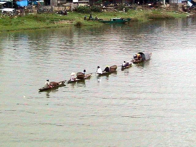 Zdjęcia: Hue, Srodkowy Wietnam, Lodzie na rzece, WIETNAM