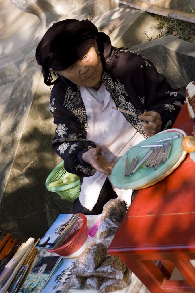 Zdjęcia: Okolice Ninh Binh, Ninh Binh, Pani sprzedająca piszczałki :), WIETNAM