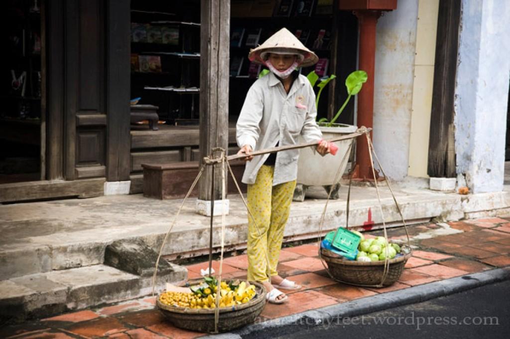 Zdjęcia: Hoi An, Hoi An, Pani sprzedająca owoce w Hoi An., WIETNAM