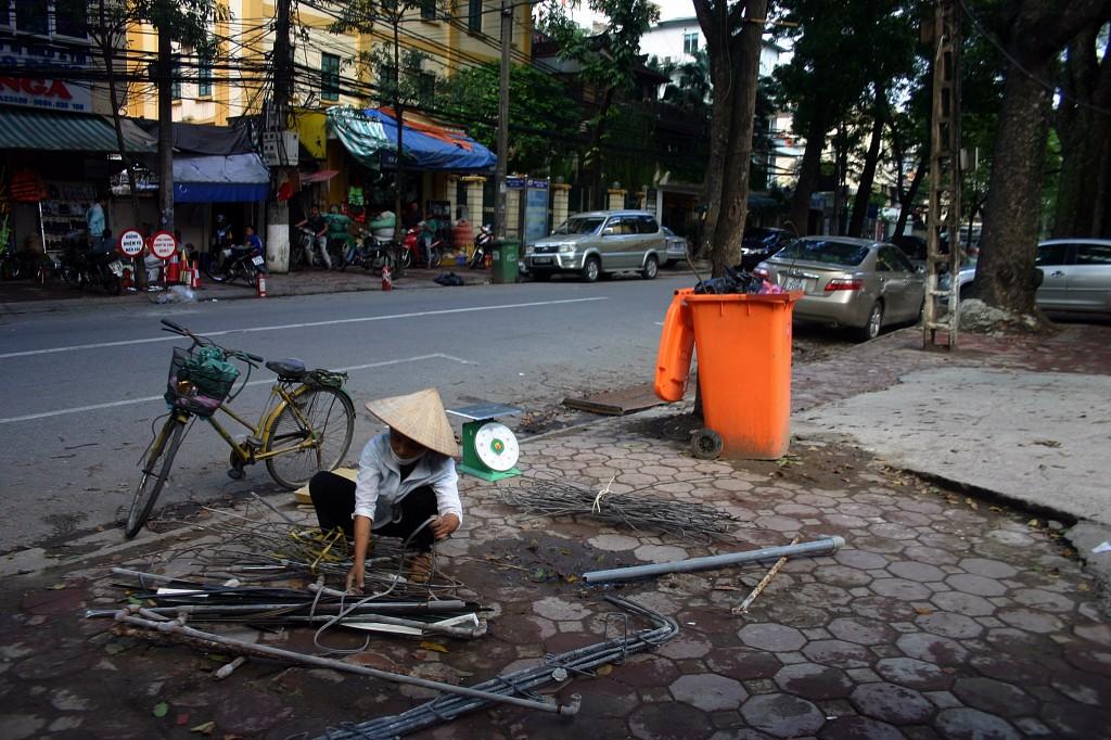 Zdjęcia: Hanoi, Hanoi, Wietnamka przy pracy, WIETNAM