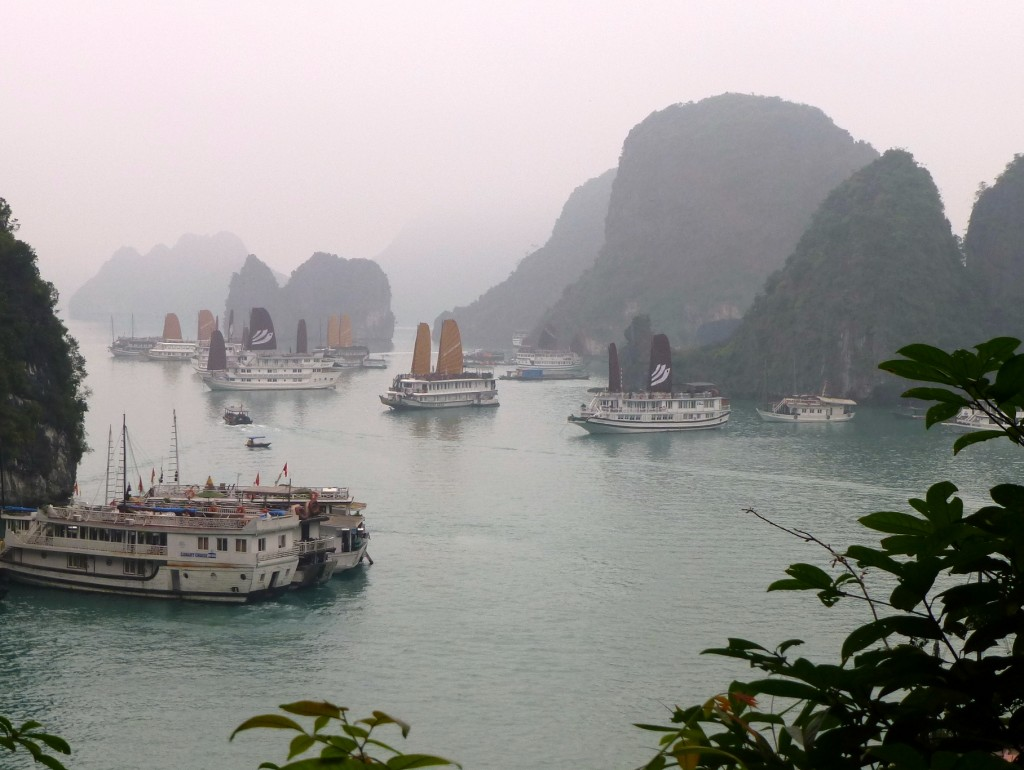 Zdjęcia: Ha Long., ..., We mgle, WIETNAM