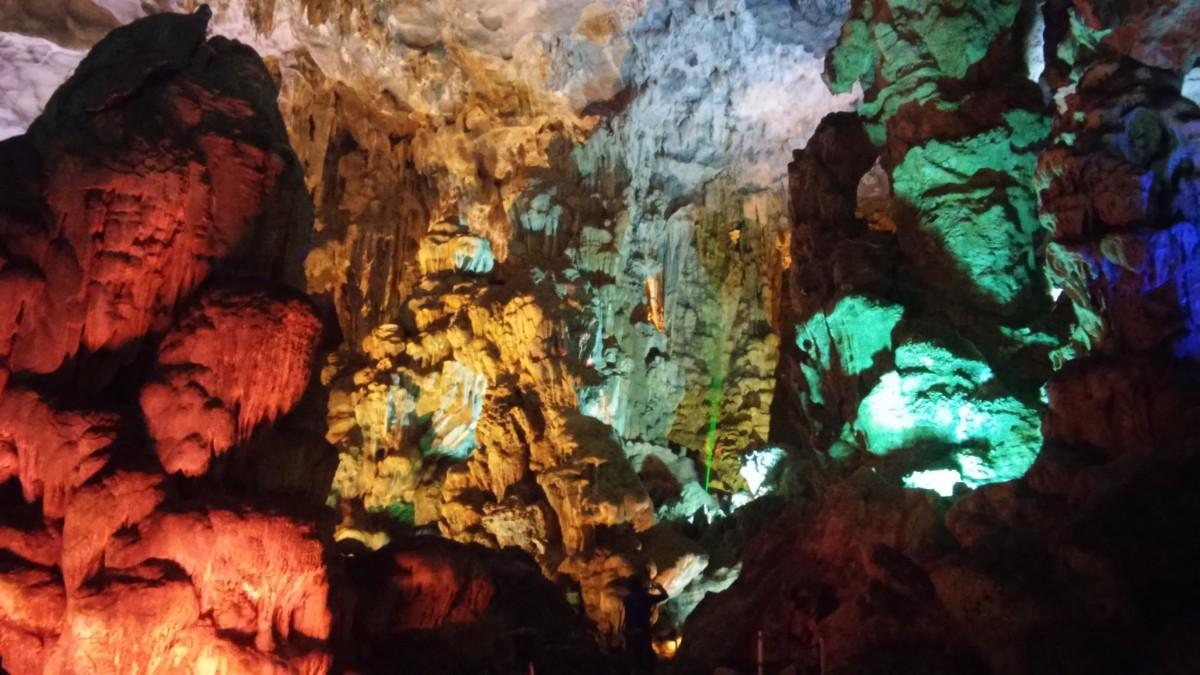 Zdjęcia: Ha Long Bay, Północny Wietnam, Kolorowe światła w Jaskini w Ha Long, WIETNAM