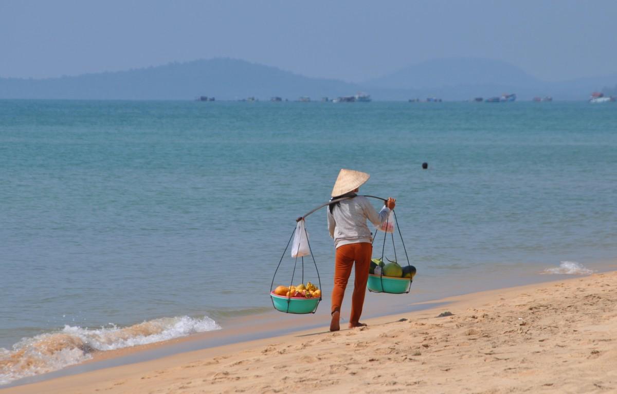 Zdjęcia: Wyspa Phu Quoc, Zatoka Tajlandzka, Sprzedawczyni pysznych owoców, WIETNAM