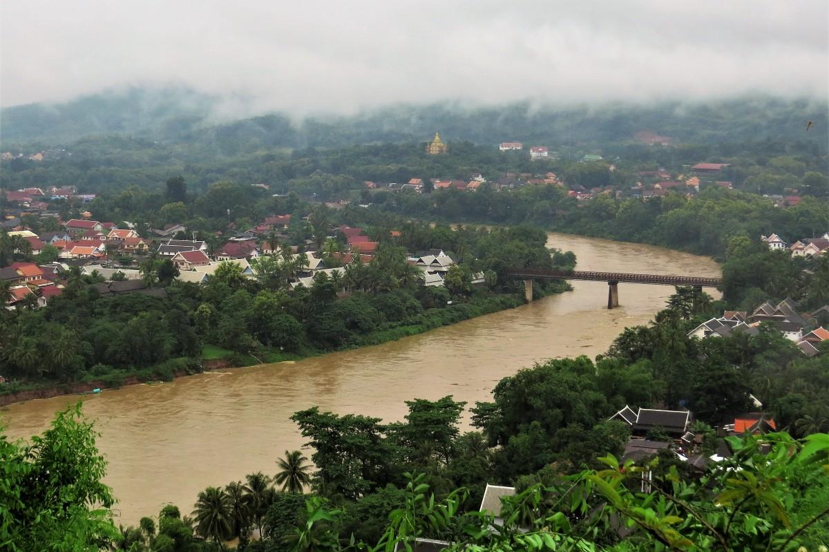 Zdjęcia: Luangprabang, Panorama z rzeką Nam Khan , LAOS