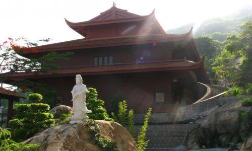 Zdjecie WIETNAM / poludniowy Wietnam / buddyjska swiatynia / W blasku slonca