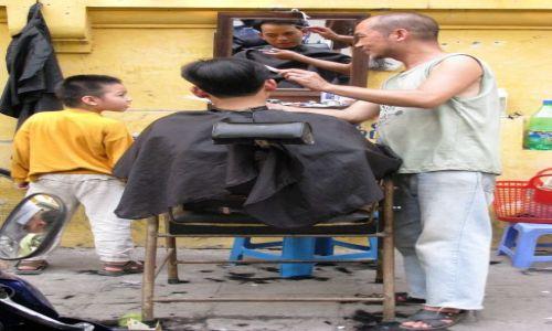 Zdjecie WIETNAM / Hanoi / ulice Hanoi / uliczny fryzjer