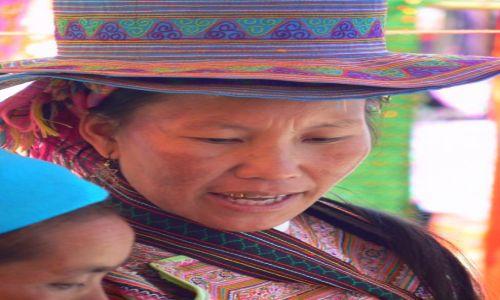 Zdjecie WIETNAM / - / Sa Pa / Sprzedawczyni torebek na targu. Lud Hmongów.