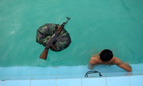 Zdjecie WIETNAM / - / Trening zolnierza Wietnamskiej Marynarki Wojennej,na basenie / chwila przerwy...