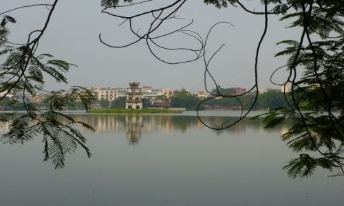 Zdjecie WIETNAM / Ha Noi / Hoan Kiem Lake / nad jeziorem