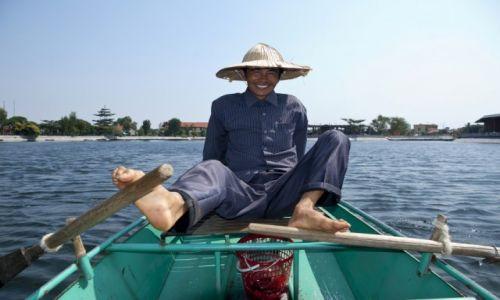 WIETNAM / Ninh Binh / okolice Ninh Binh / Wiosłujący nogami... tak też można :)